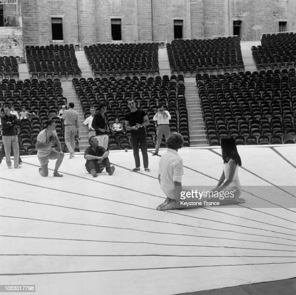 Maurice Béjart dirigeant la répétition avec la danseuse japonaise Hitomi Asakawa et le danseur Jorge Donn, au Festival d'Avignon, France, le 29...