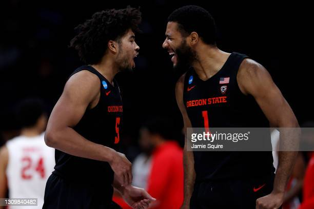 Maurice Calloo of the Oregon State Beavers celebrates with Ethan Thompson against the Houston Cougars during the second half in the Elite Eight round...