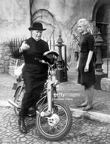 Maurice Chevalier dans le rôle d'un curé provençal faisant la tournée de ses ouailles à Hollywood Californie EtatsUnis le 26 janvier 1966