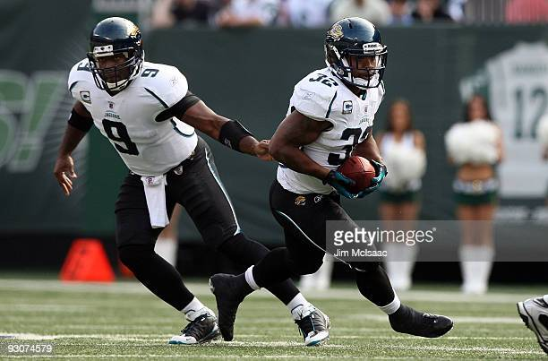 Maurice JonesDrew of the Jacksonville Jaguars takes a handoff against the New York Jets from teammate David Garrard on November 15 2009 at Giants...