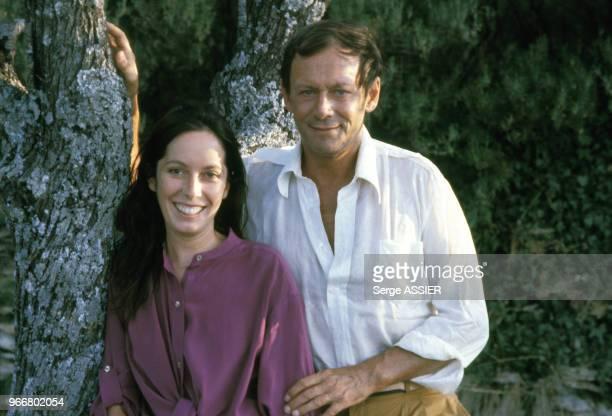 Maurice Ronet et sa femme Josephine Chaplin en vacances à Bonnieux le 31 juillet 1979, France.