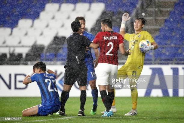 Mauricio Antonio of Urawa Red Diamonds argues with Ulsan Hyundai players during the AFC Champions League round of 16 second leg match between Ulsan...