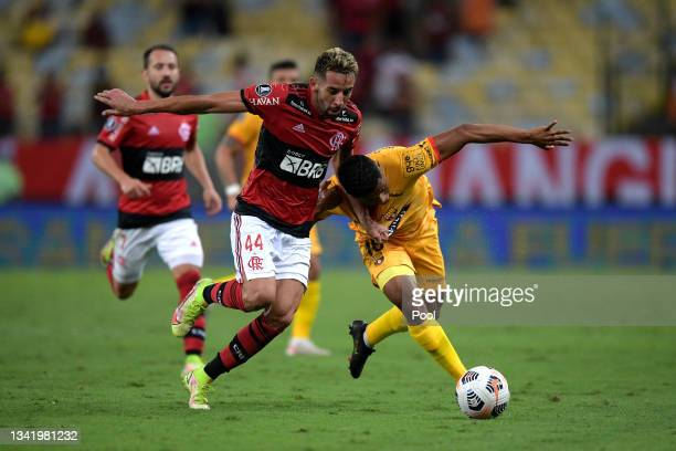 Mauricio Isla of Flamengo fights for the ball with Jonathan Perlaza of Barcelona SC during a semi final first leg match between Flamengo and...