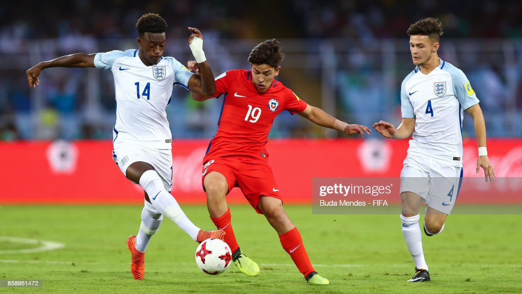 Mauricio Morales (c) of Chile battles for the ball with Callum Hudson-Odoi and George McEachran (R) of England during the FIFA U-17 World Cup India 2017 group F match between Chile and England at Vivekananda Yuba Bharati Krirangan on October 8, 2017 in Kolkata, India.