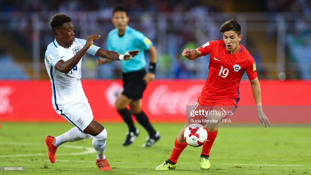 Mauricio Morales (R) of Chile battles for the ball with Callum Hudson-Odoi of England during the FIFA U-17 World Cup India 2017 group F match between Chile and England at Vivekananda Yuba Bharati Krirangan on October 8, 2017 in Kolkata, India.