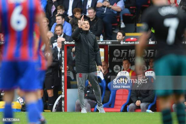 Mauricio Pellegrino Manager of Southampton gives his team instructions during the Premier League match between Crystal Palace and Southampton at...