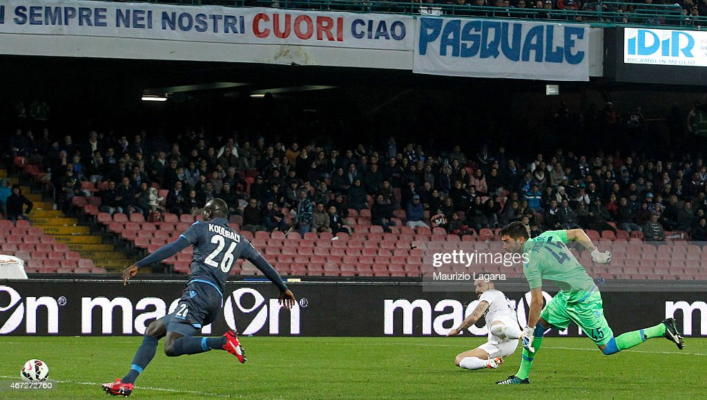 Mauricio Pinilla of Atalanta scores the opening goal during the Serie A match between SSC Napoli and Atalanta BC at Stadio San Paolo on March 22, 2015 in Naples, Italy.