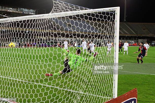Mauricio Pinilla of Cagliari scores the opening goal during the Serie A match between Cagliari Calcio and ACF Fiorentina at Stadio Sant'Elia on...