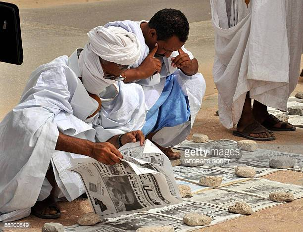 Mauritanians read newspapers on a main street in Nouakchott on June 4 2009 Mauritania's opposition parties celebrated yesterday after obtaining a...