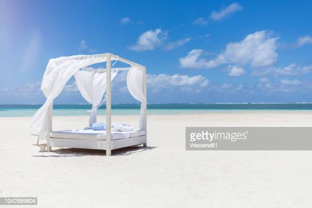 mauritius, belle mare, white beach bed at beach, blue sky and clouds - ile maurice photos et images de collection