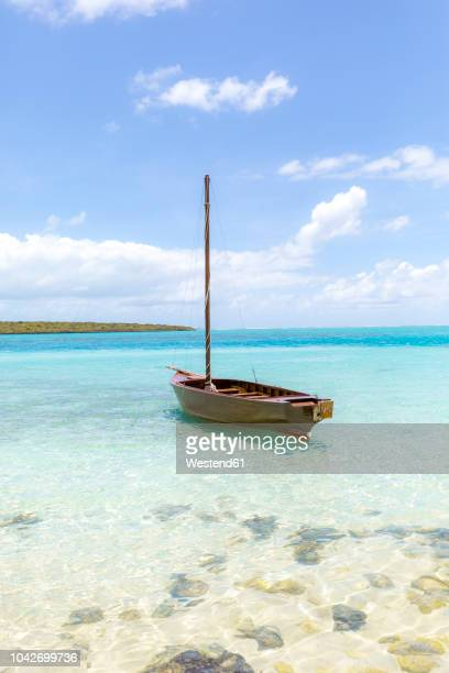mauritius, grand port district, pointe d'esny, sailing boat in turquoise water, blue sky and clouds - islas mauricio fotografías e imágenes de stock