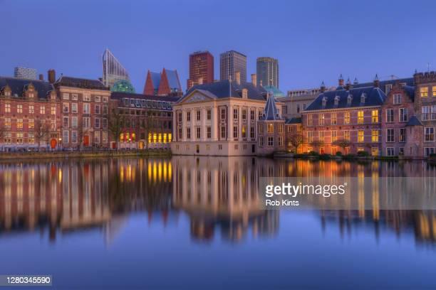 mauritshuis and binnenhof (dutch houses of parliament) and the skyline of the hague - den haag stock-fotos und bilder