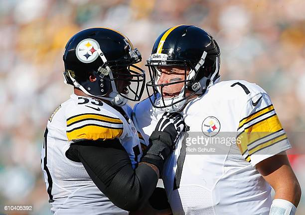 Maurkice Pouncey of the Pittsburgh Steelers and quarterback Ben Roethlisberger celebrate a first-down run against the Philadelphia Eagles in the...