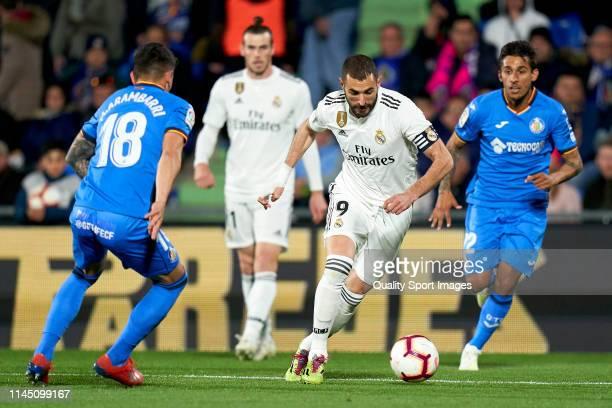 Mauro Arambarri of Getafe CF battle for the ball with Karim Benzema of Real Madrid CF during the La Liga match between Getafe CF and Real Madrid CF...