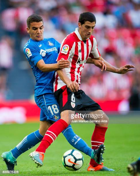 Mauro Arambarri of Getafe CF competes for the ball with Mikel San Jose of Athletic Club during the La Liga match between Athletic Club and Getafe at...