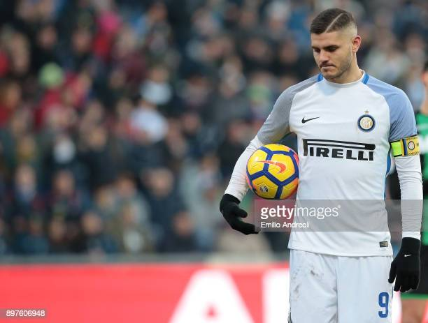 Mauro Emanuel Icardi of FC Internazionale Milano shows his dejection after misses a penalty kick during the serie A match between US Sassuolo and FC...