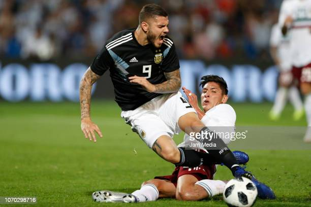 Mauro Icardi of Argentina and Edson Alvarez of Mexico fight for the ball during a friendly match between Argentina and Mexico at Malvinas Argentinas...