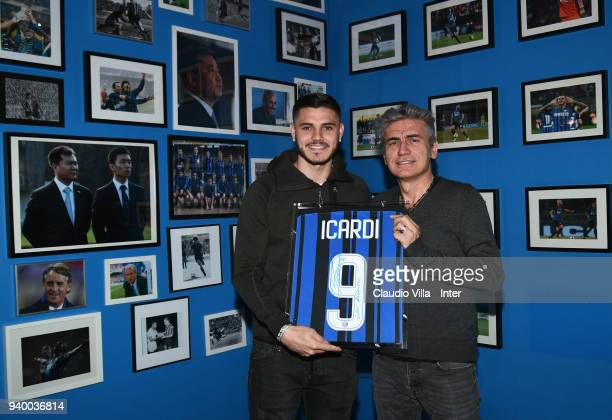 Mauro Icardi of FC Internazionale and Luciano Ligabue pose for a photo after the FC Internazionale training session at the club's training ground...
