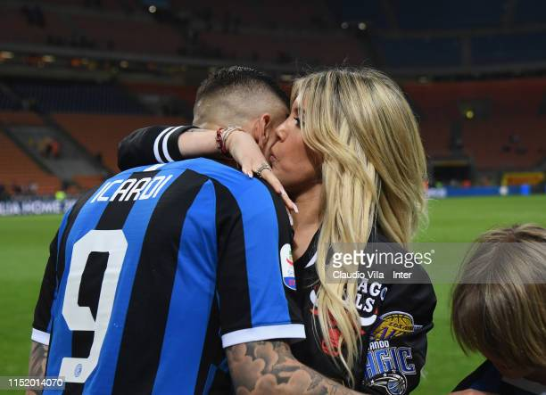 Mauro Icardi of FC Internazionale celebrates with his wife Wanda Nara at the end of the Serie A match between FC Internazionale and Empoli FC at...