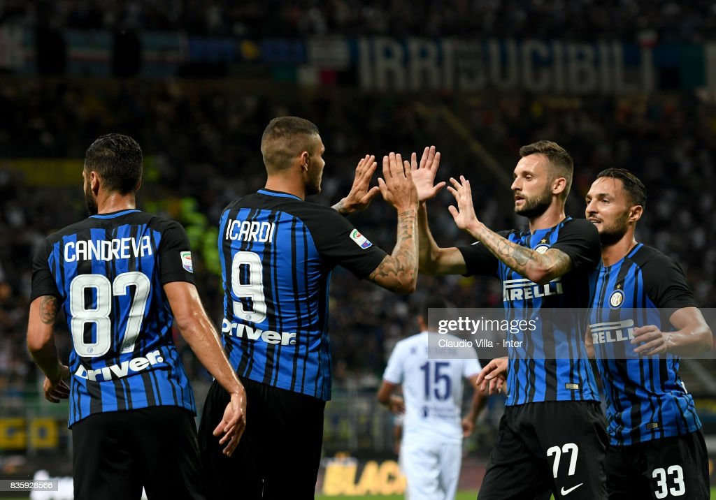Mauro Icardi of FC Internazionale celebrates with team-mates after scoring the second goal during the Serie A match between FC Internazionale and ACF Fiorentina at Stadio Giuseppe Meazza on August 20, 2017 in Milan, Italy.