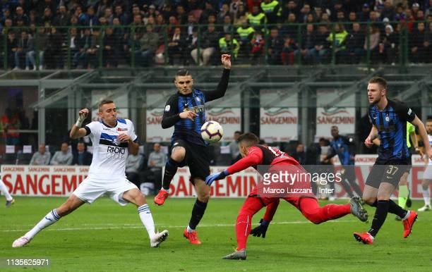 Mauro Icardi of FC Internazionale in action during the Serie A match between FC Internazionale and Atalanta BC at Stadio Giuseppe Meazza on April 7...