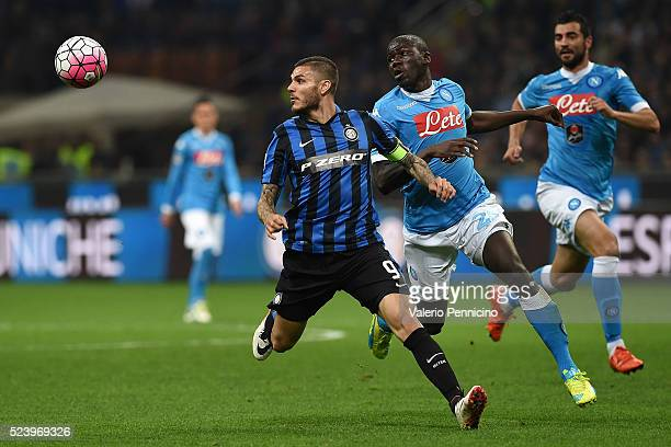 Mauro Icardi of FC Internazionale Milano in action against Kalidou Koulibaly of SSC Napoli during the Serie A match between FC Internazionale Milano...