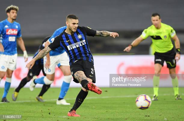 Mauro Icardi of FC Internazionale scores the 41 goal during the Serie A match between SSC Napoli and FC Internazionale at Stadio San Paolo on May 19...