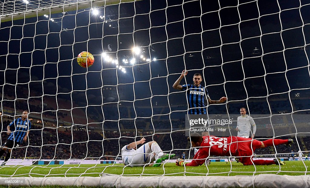 Mauro Icardi of FC Internazionale scores the second goal during the Serie A match between FC Internazionale Milano and Frosinone Calcio at Stadio Giuseppe Meazza on November 22, 2015 in Milan, Italy.