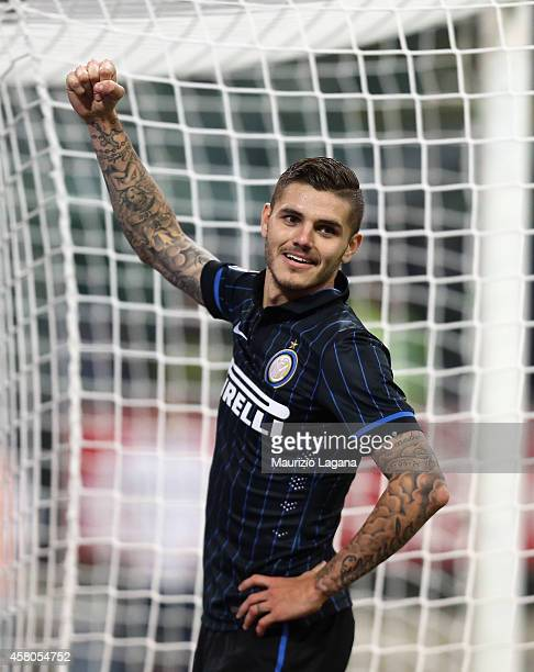 Mauro Icardi of Inter celebrates after scoring his team's winning goal during the Serie A match between FC Internazionale Milano and UC Sampdoria at...