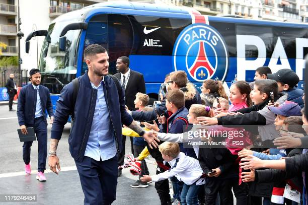 Mauro Icardi of Paris SaintGermain salutes children as he arrives tot he stadium before the Ligue 1 match between Paris SaintGermain and Angers SCO...