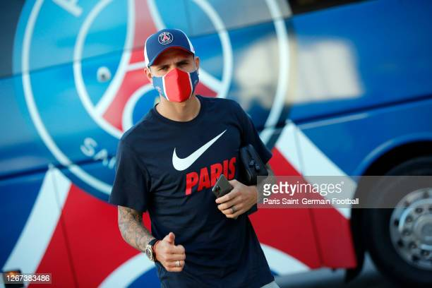 Mauro Icardi wears a face mask as he arrives to a Paris Saint-Germain training session on August 20, 2020 in Lisbon, Portugal.