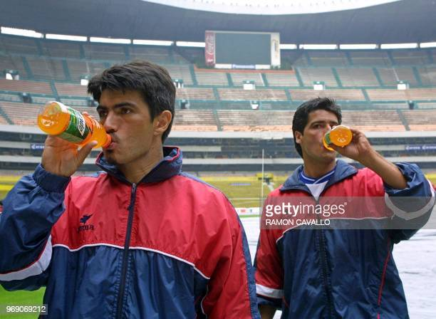 Mauro Solis and Favio Miranda of the Costa Rica soccer team drink after a long practice in the Azteca stadium in Mexico City 15 May 2001 Afp...