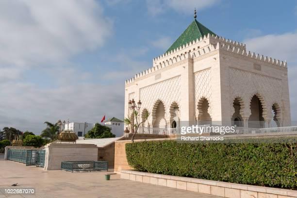 mausoleum of king mohammed v of rabat, morocco - mausoleo fotografías e imágenes de stock