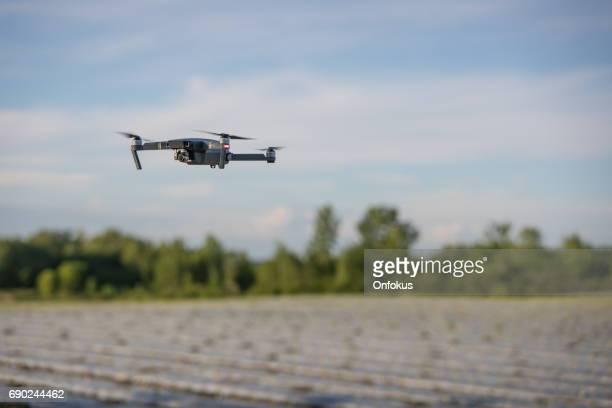 DJI Mavic Pro Drone vliegen Over een veld bij zonsondergang