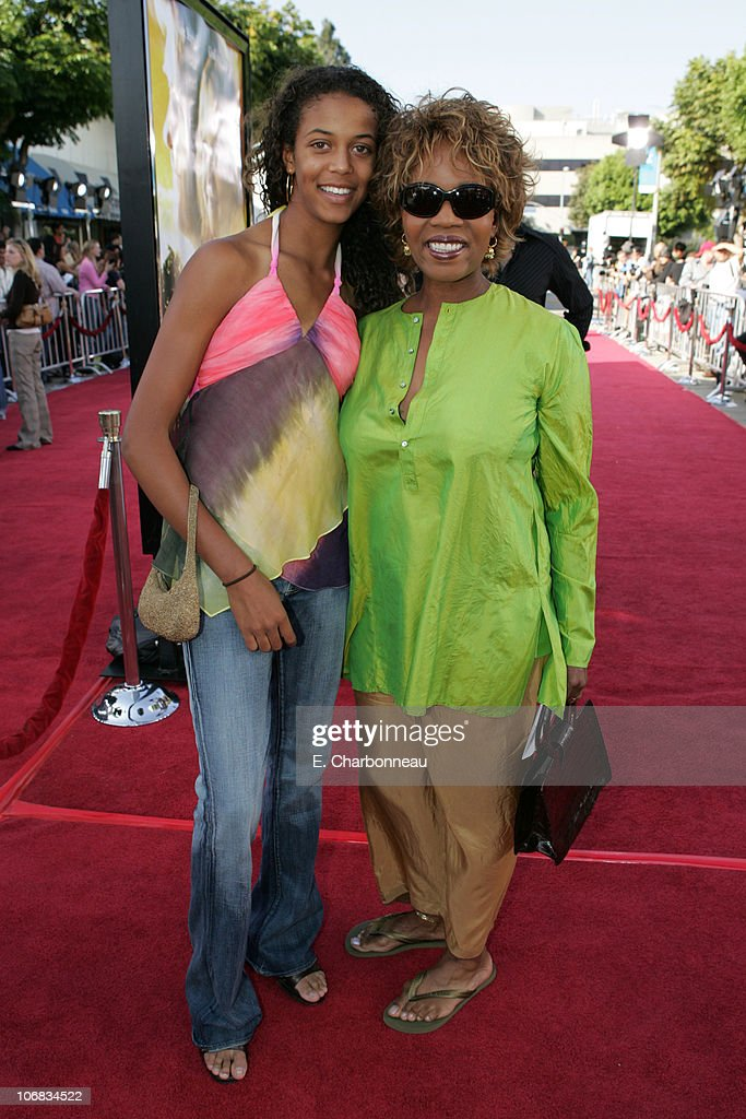 """DreamWorks Pictures' """"Dreamer: Inspired by a True Story"""" Los Angeles Premiere - Red Carpet : News Photo"""