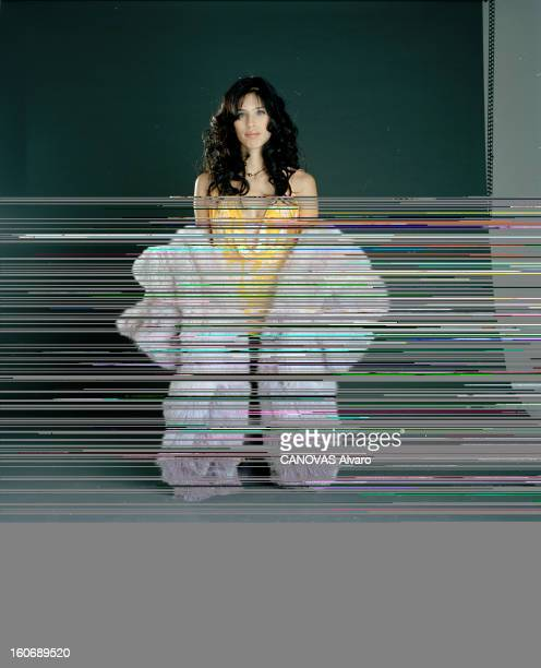 Maïwenn Le Besco Poses In Studio A Paris en septembre 2004 à l'occasion de la sortie du film 'LE GENRE HUMAIN LES PARISIENS' de Claude LELOUCH...