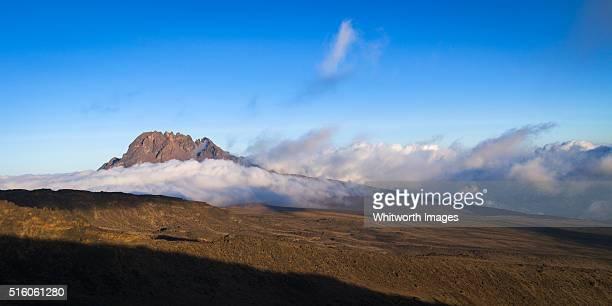 mawenzi peak panorama, mt kilimanjaro, tanzania - mt kilimanjaro stockfoto's en -beelden