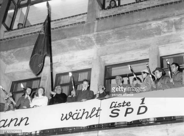 Max Brauer nimmt in der Wahlnacht auf dem Balkon des Kurt SchumacherHause dem Parteigebäude der Hamburger SPD die Ovationen seiner Parteifreunde und...