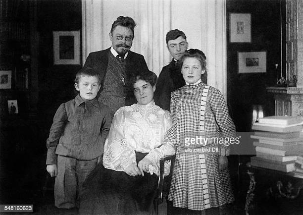 Max Halbe *04101865 Writer Germany with his family 1905 Photographer Philipp Kester Vintage property of ullstein bild