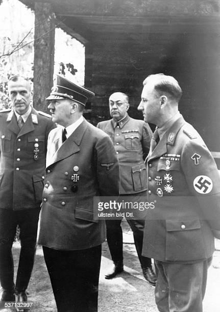 Max JuettnerMax JuettnerViktor LutzeViktor LutzeAdolf Hitler Theo Morell Politiker NSDAP D Führerhauptquartier 'Werwolf' bei Winniza Hitler im...