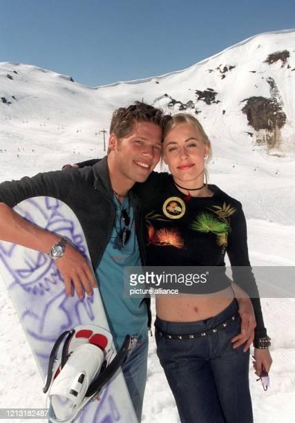"""Max Lindner mit der Schwedin Emma Karvangs in der neuen ARD-Vorabendserie """"Powder Park"""", aufgen. Am 25.4.2000 im Zillertal. Max Lindner und sein..."""