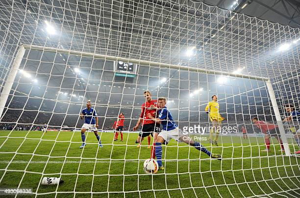 Max Meyer of FC Schalke 04 scores the 2:1 during the game between Schalke 04 and Hertha BSC on October 17, 2015 in Gelsenkirchen, Germany.