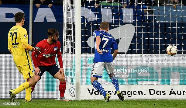 Max Meyer of Schalke scores his teams winning goal during the Bundesliga match between FC Schalke 04 and Hertha BSC Berlin at VeltinsArena on October...