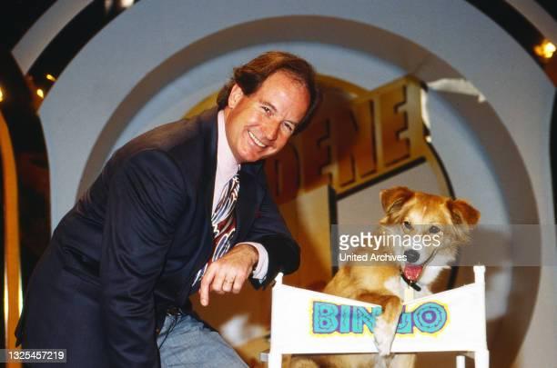 """Max Schautzer, deutscher TV Moderator, mit Hund in der Spielshow """"Die goldene Eins"""", Deutschland um 1992."""