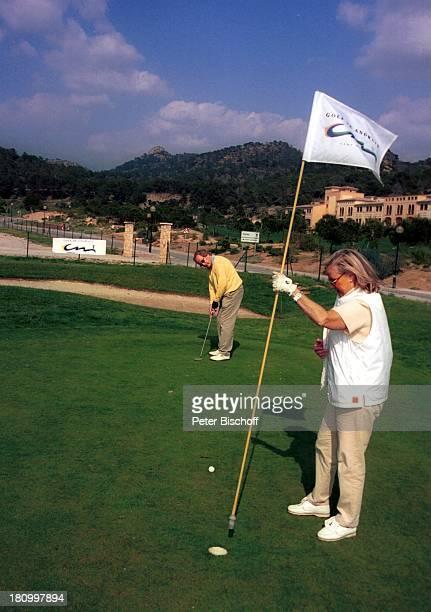 Max Schautzer Ehefrau Gundel Schautzer MallorcaUrlaub Camp de Mar/Mallorca /Spanien DorintHotel Golfplatz Sport Golf Golfschläger putten einlochen...