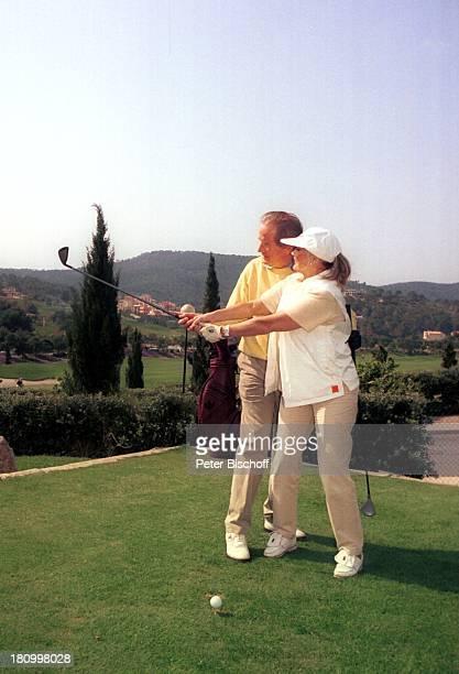 Max Schautzer Ehefrau Gundel Schautzer MallorcaUrlaub Camp de Mar/Mallorca /Spanien DorintHotel Golfplatz Sport Golf Golfschläger Golftasche putten...