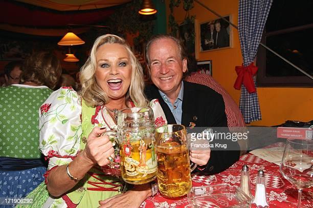 Max Schautzer Und Ehefrau Gundel Im Hippodrom Beim Stammtisch Von 'Die Aktuelle' Auf Dem Oktoberfest In München Am 210908