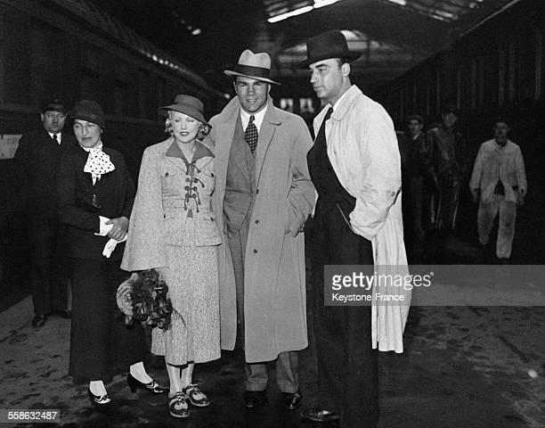 Max Schmeling le célèbre poids lourd allemand et sa femme l'actrice Anny Ondra photographiés à leur arrivée à la gare du Nord à Paris France le 24...