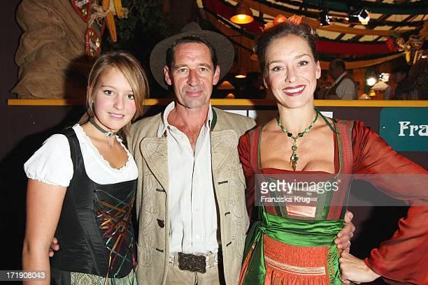 Max Tidof Und Lisa Seitz Mit Tochter Luzie Von Sepp Krätz Und Birgitt Wolff Im Hippodrom Am 200908