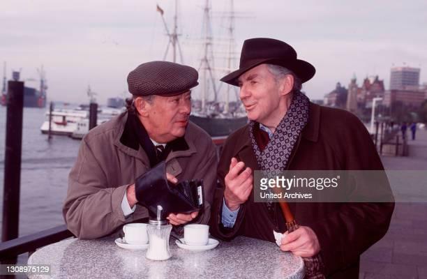 Max und Konrad sind Freunde, Lebemänner, Streithähne - und Pechvögel. Ihr Versuch, die Finanz-beamten-Pension im Casino aufzubessern, endet in...